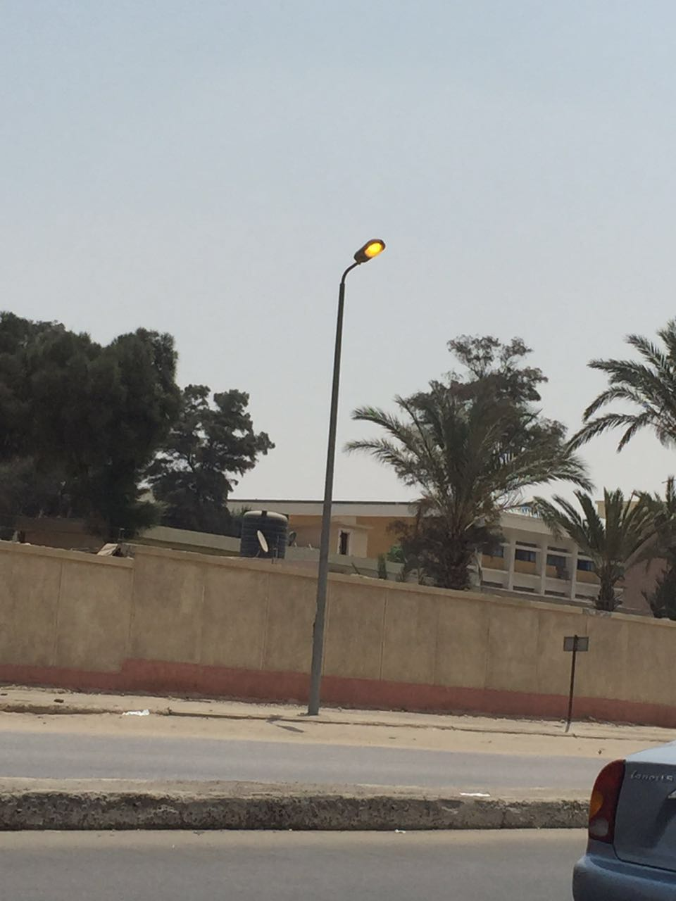 الميكس.. أعمدة إنارة مضاء نهارًا بمدينة نصر وأسفلها منفذ لبيع اللمبات الموفرة (صور)