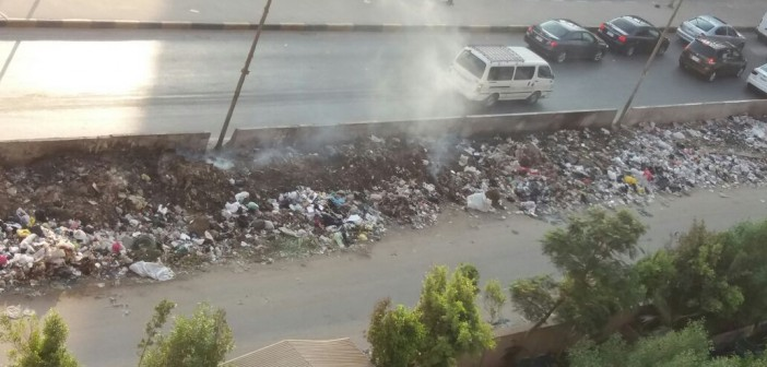 سكان مدينة الأمل بإمبابة يشكون تراكم وحرق القمامة قرب محور عرابي (صورة)