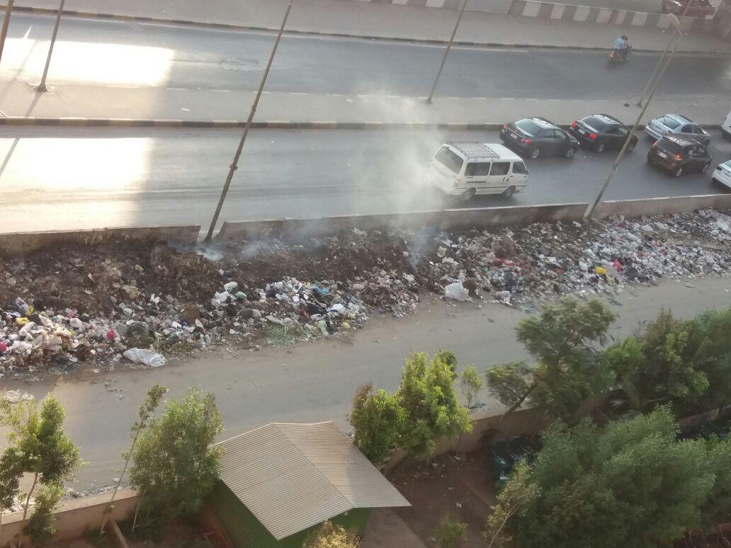 سكان «مدينة الأمل بإمبابة» يشتكون من تراكم وحرق القمامة بجوار محور عرابي (صورة)