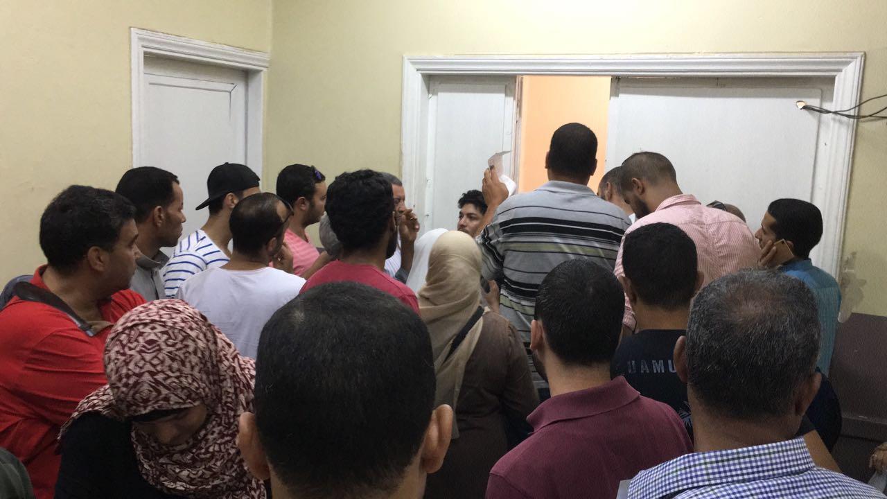 مواطن يدون تفاصيل تجربته في مكتب الشهر العقاري بالجيزة (صور)