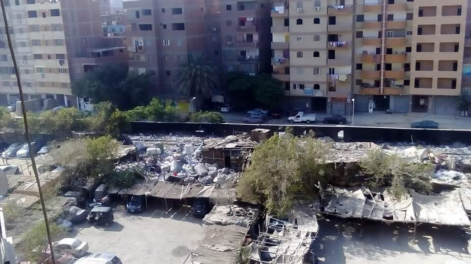 سكان في عين شمس يشكون تحول أرض فضاء لمقلب حرق القمامة (صورة)
