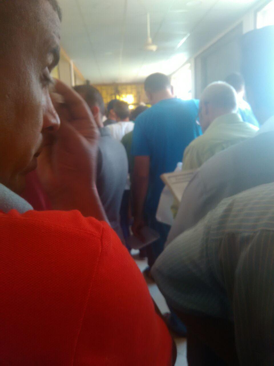 تكدس المواطنين في مرور الدراسة تزامنا مع سقوط «السيستم» (صورة)