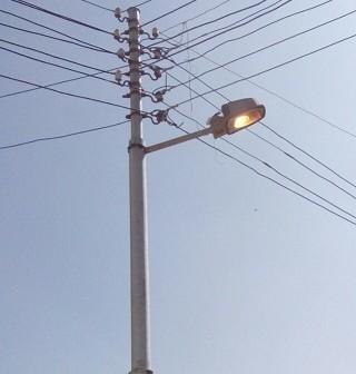في «عز النهار».. إضاءة أعمدة الإنارة في الدلنجات بالبحيرة (صورة)