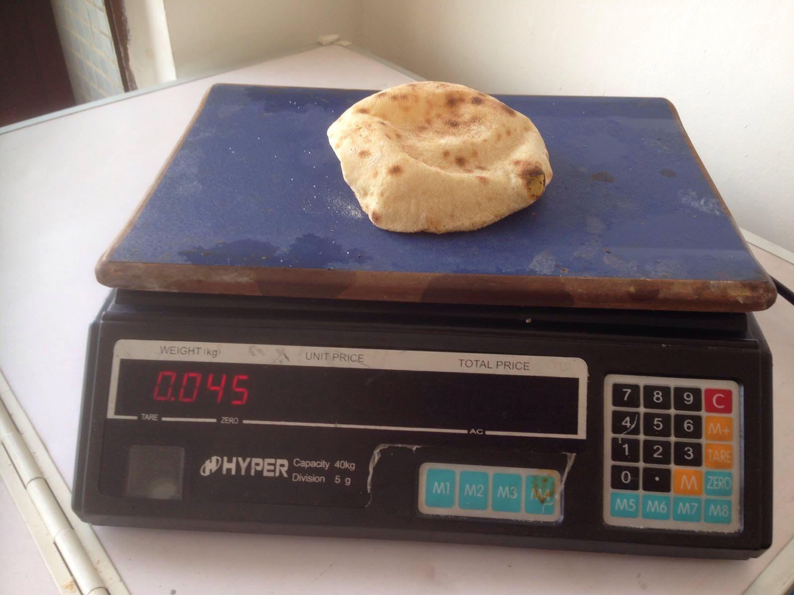 بالصورة.. مواطن يجري تجربة لوزن رغيف الخبز.. ويكتشف إنه 45 جرامًا بدلا من 110