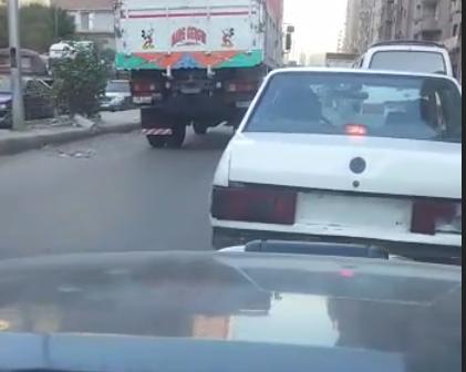 سيارة دون لوحات تتحرك بحرية في فيصل «المرور نايم في العسل» (فيديو)