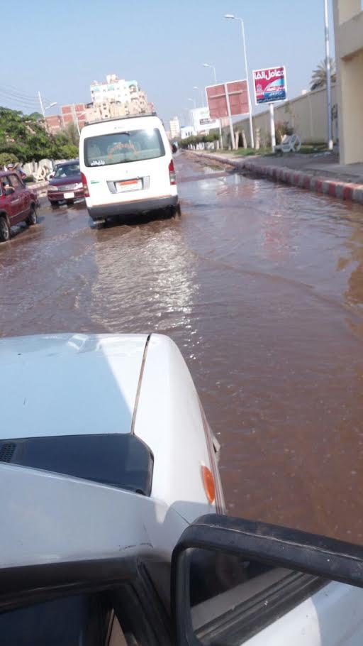 بالصور انفجار ماسورة مياه يتسبب فى غرق شوارع مدينة طنطا والأهالي: «حرام يا مسئولي محافظة الغربية»