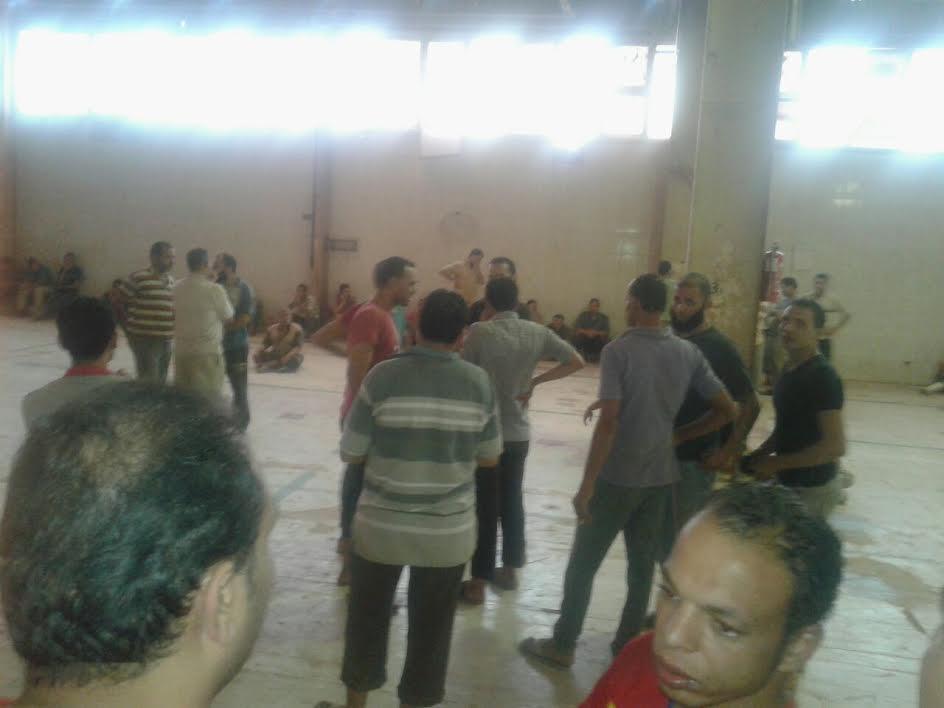 إضراب أحد مصانع السيراميك بالعاشر من رمضان بسبب عدم حصول العمال على مكافئاتهم