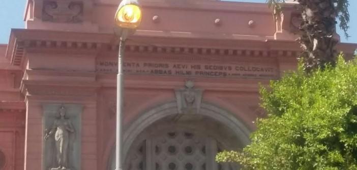 أعمدة إنارة المتحف المصري «منورة» في عز الضُهر (صورة)