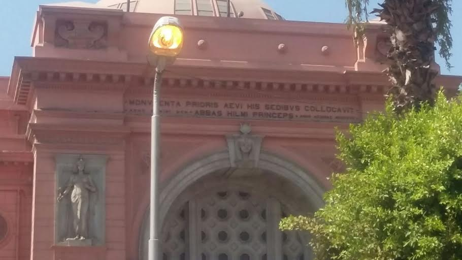 أعمدة الإنارة مضاءة أمام المتحف المصري في عز الظهر (صورة)