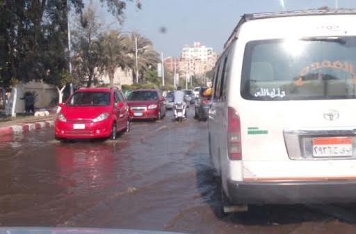 بالصور.. انفجار ماسورة مياه يغرق شوارع منطقة المعاهد في طنطا