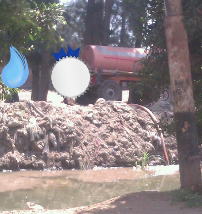 بالصور..سيارة تفرغ مخلفات الصرف بترعة «العقدة»..والأهالي «عرضنا تمويل مشروع الصرف محدش رد»