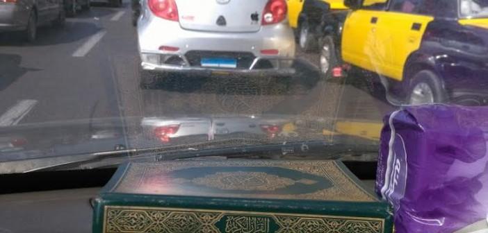 قائد سيارة يخفي لوحتها خلال تحركها على كورنيش الإسكندرية (صورة)