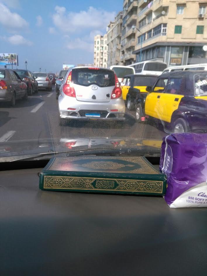 سيارة تغطي لوحاتها المعدنية بالمخالفة في غياب مسئولي المرور بالإسكندرية (صور)
