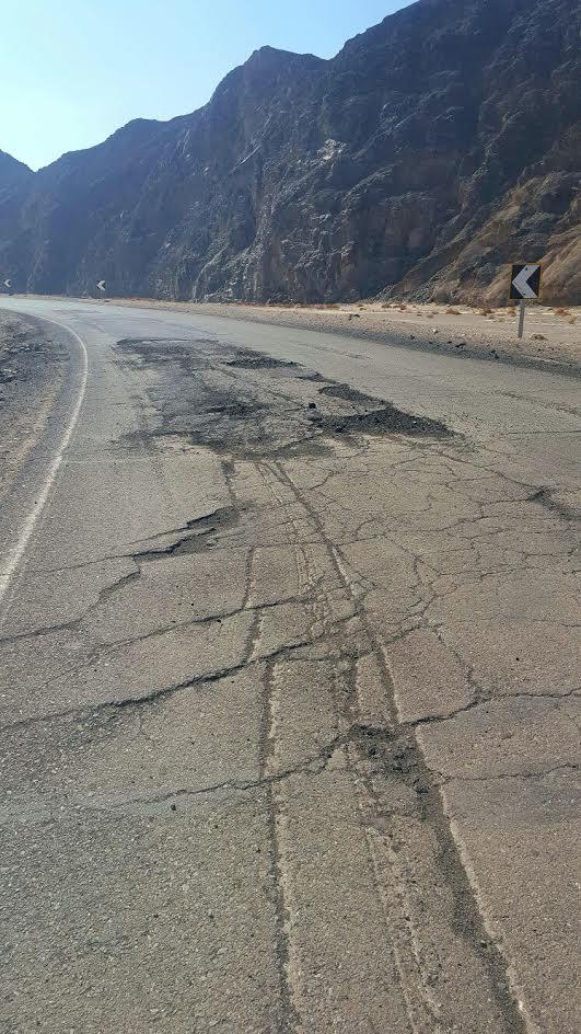 تكسير الأسفلت وحفر بطريق القصير (الأقصر - البحر الأحمر) يهددان حياة المواطنين (صور)