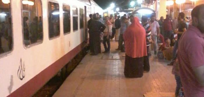 تعطل قطار في محطة الجيزة يثير غضب الركاب (فيديو وصور)