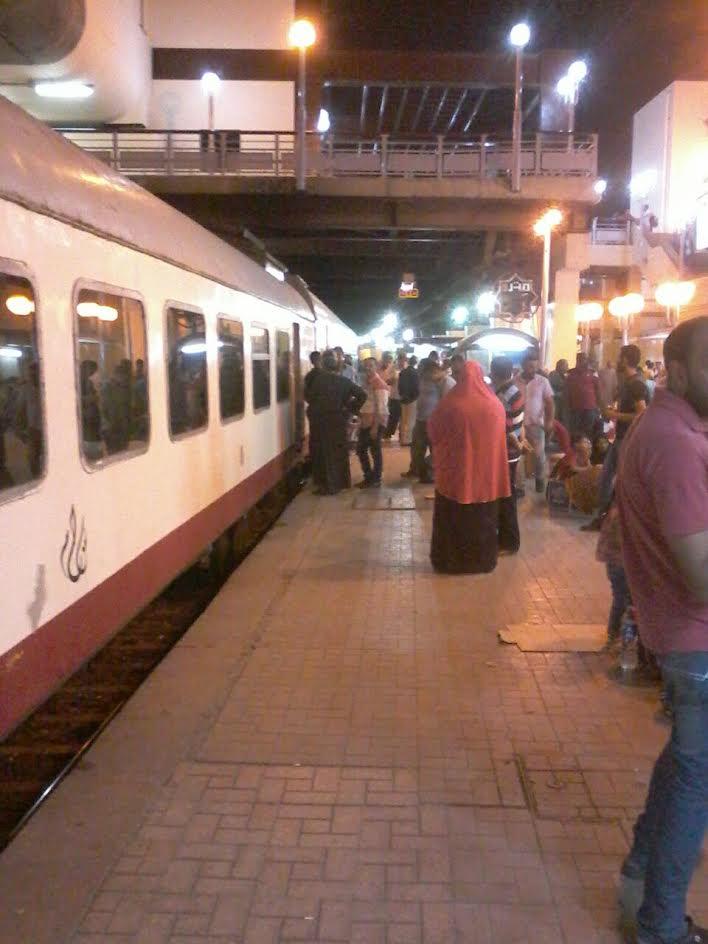 تعطل أحد قطارات فى محطة الجيزة يثير غضب المواطنين (فيديو وصور)