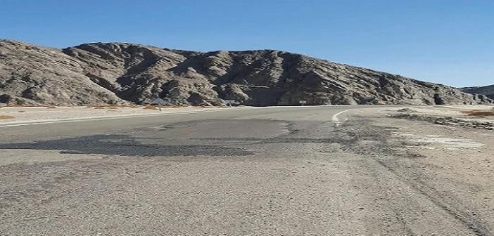 راكب يرصد تدمير طريق «القصير».. وتهديده حياة المواطنين (صور)
