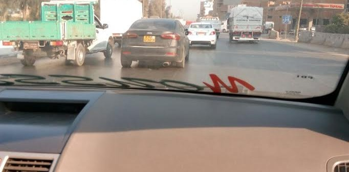 عَ الزراعي.. سيارة دون لوحات معدنية تتحرك بحرية في غياب المرور (صور)