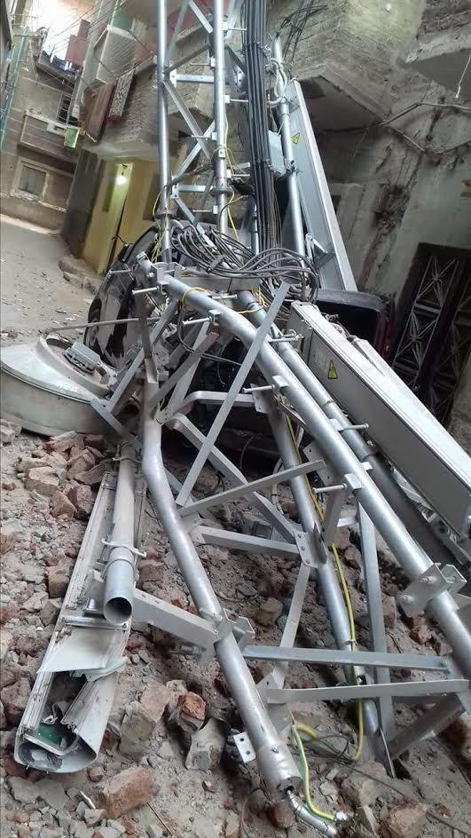 سقوط شبكة محمول بأحد شوارع «منفلوط»..«والأهالي»: أنقذونا من الموت (صور)