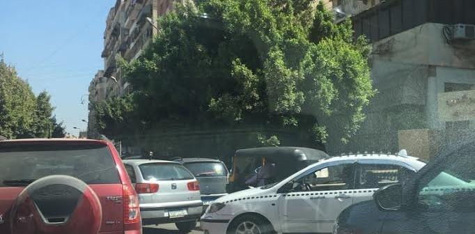 📸| «توك توك» يسير في شوارع مصر الجديدة في غياب المرور