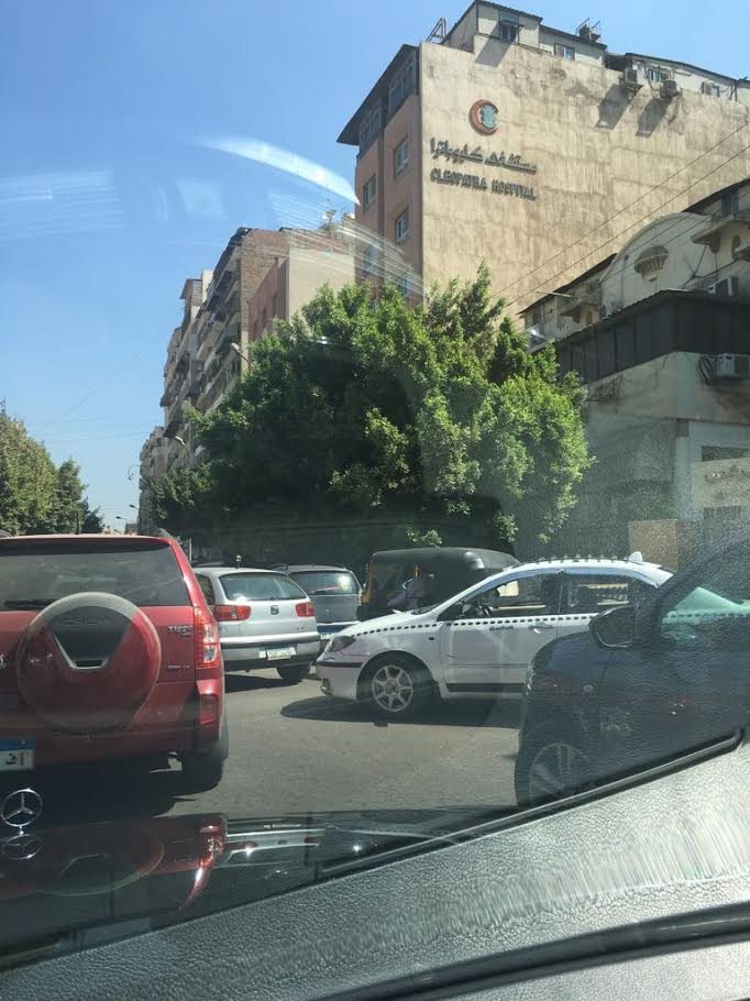 توك توك يسير في شوارع مصر الجديدة في غياب المرور(صورة)