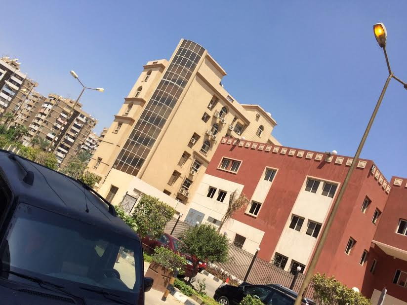 أعمدة الإنارة مضاءة في عز النهار بشوارع مدينة نصر