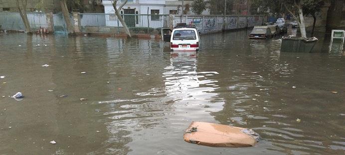 بالصور.. غرق شارع بعين شمس في المجاري بعد «سقوط عجوز في بلاعة»