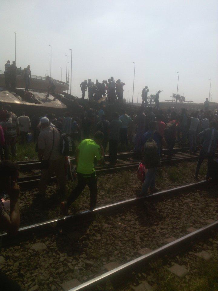 🔴 بالصور.. اللحظات الأولى لحادث انقلاب قطار قرب العياط بالجيزة