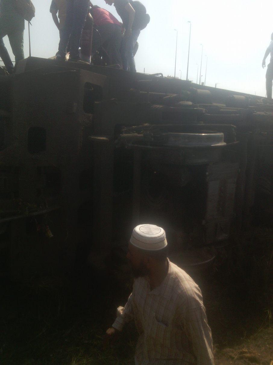 بالصور.. اللحظات الأولى لانقلاب قطار قرب العياط