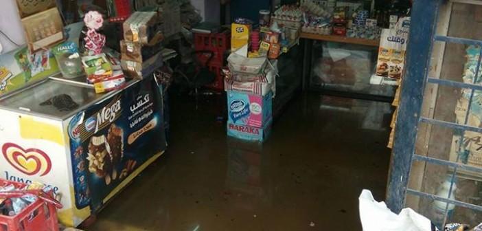 طفح الصرف يحاصر بيوت.. ويغرق محل تجاري بالهرم (صور)
