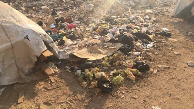 القمامة تغزو شوارع نبروه بعد العيد (صور)