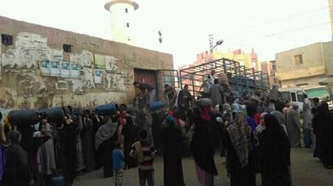 بالصور.. زحام في «سندبيس» بالقليوبية للحصول على أنابيب البوتاجاز