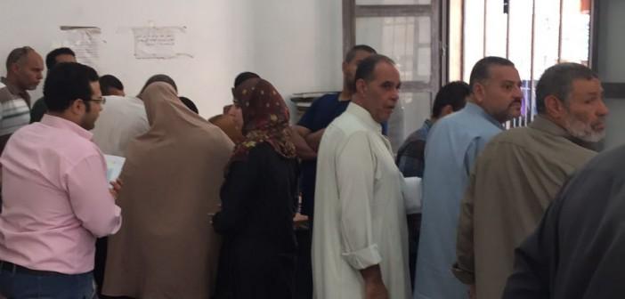 انتظار لساعات أمام موظف واحد.. معاناة المواطنين في مكتب للشهر العقاري بالشرقية (صور)