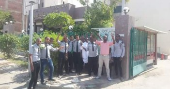 وقفة احتجاجية لأفراد أمن مستشفى التأمين الصحي بأسوان للمطالبة بزيادة المرتبات