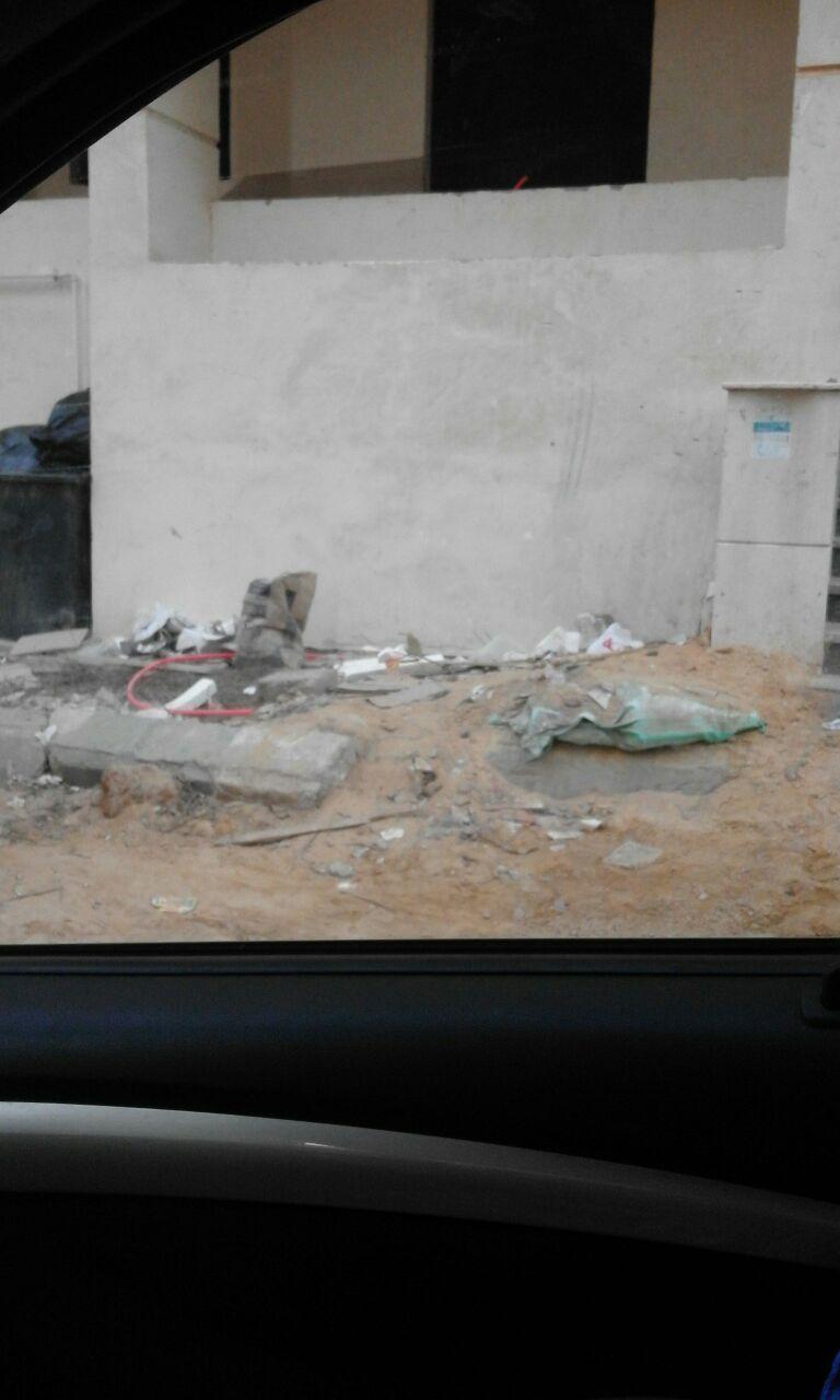 سكان مدينة الرحمن بالقطامية يشكون تكسر شوارعها وانتشار القمامة (صور)