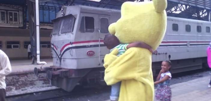 📸«بصمة خير» ترسم بسمة «نوبية» على وجوه ركاب محطة مصر (صور)