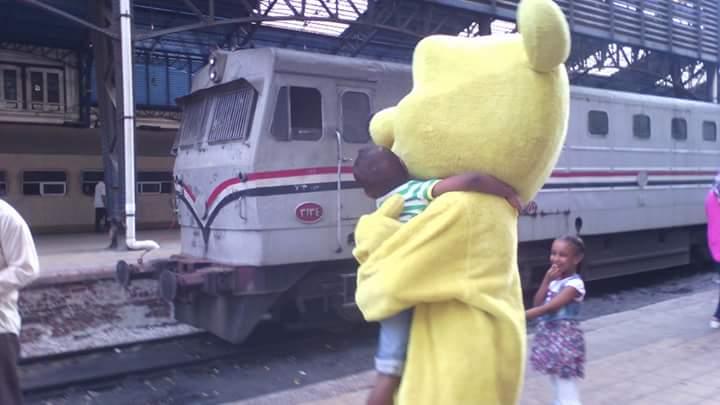 بصمة خير ترسم بسمة «نوبية» على وجوه ركاب محطة مصر (صور)