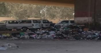 بالصور.. تجمعات للقمامة أسفل كوبري الجيش بمصر الجديدة