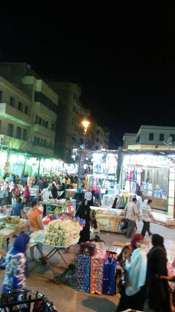 بالصور.. تجار شارع الشواربي بأسوان يشكون من فوضى الباعة الجائلين