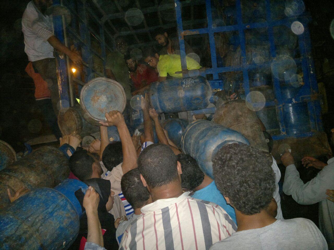 الجيزة| أزمة في أنابيب البوتاجاز وانتعاش السوق السوداء بالبراجيل (صور)
