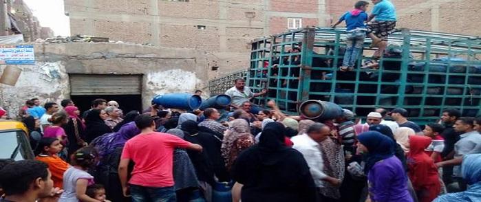 بالصور.. تصاعد أزمة البوتاجاز في قليوب.. وزحام يومي للفوز بأنبوبة