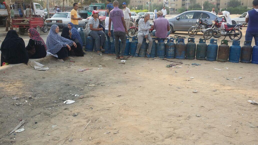 بالصور.. أزمة البوتاجاز تصل للعاشر من رمضان.. والطوابير مُستمرة أمام المستودعات