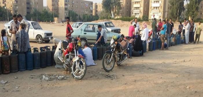 بالصور.. طوابير البحث عن أنابيب البوتاجاز بالعاشر من رمضان: الأزمة مُستمرة
