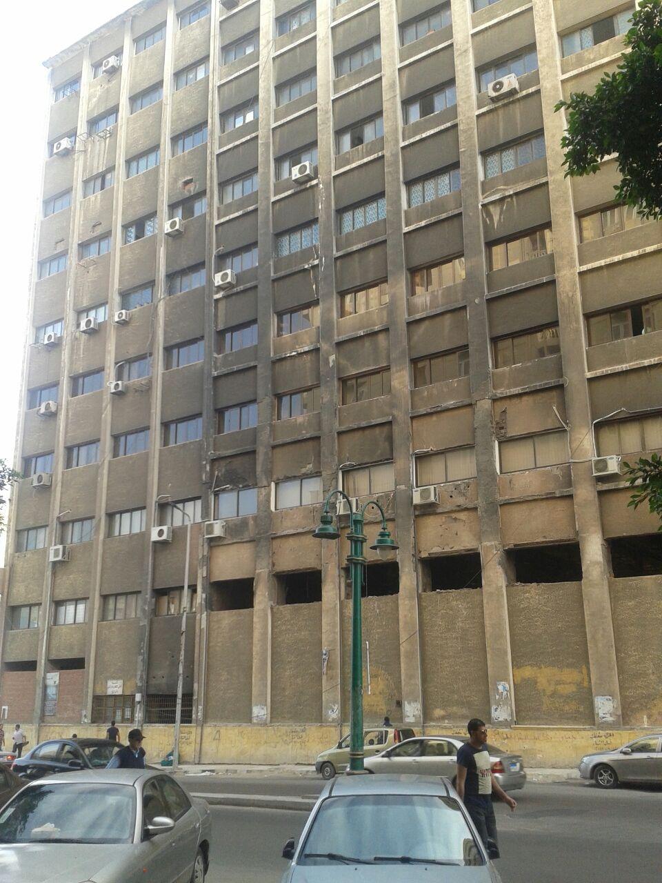 مواطن يدعو لترميم مبنى حي وسط الإسكندرية: ما بالنا بجبال القمامة