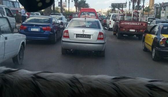 فيديو| سيارة دون لوحات تتحرك بحرية في شوارع الإسكندرية