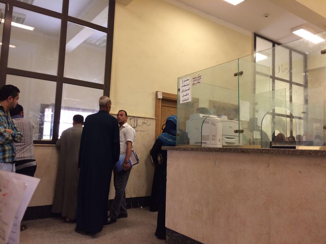 صور| مكتب الشهر العقاري بزفتى: «الموظف مش موجود.. والمديرة لا تستمع للمواطنين»