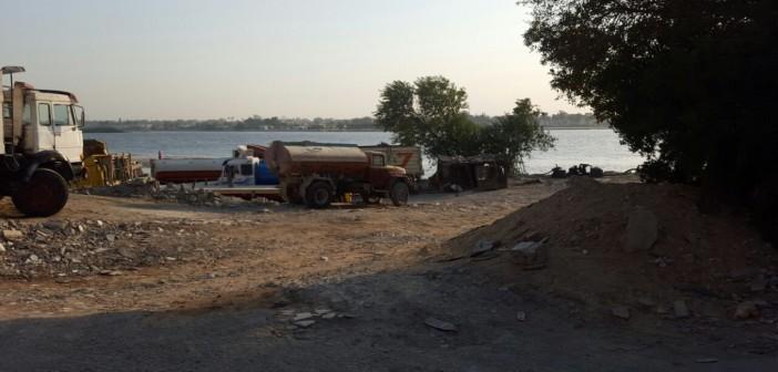 في كوزيكا.. «الفناطيس» تهدر مياه النيل بنقلها لمصانع شق الثعبان يوميًا (صور)