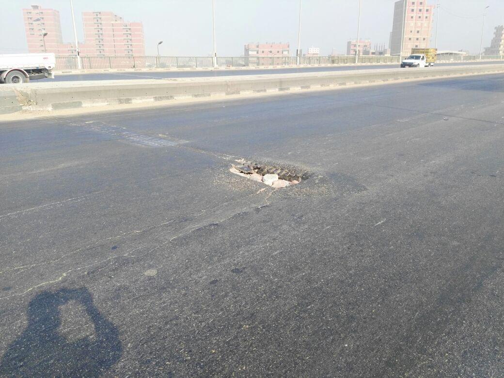 بالصور.. مواطن يحذر من حفرة خطرة تُسبب حوادث مرورية متكررة عَ الدائري