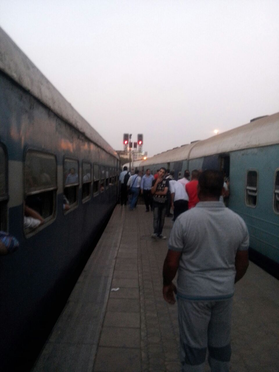 ركاب قطار بيلا على القضبان: تعبنا من التأخير يوميًا (صور)