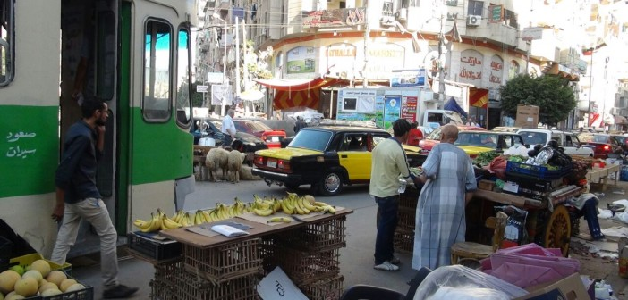 بالصور.. مواطن يرصد انتشار الإشغالات والقمامة في شوارع بمحرم بك
